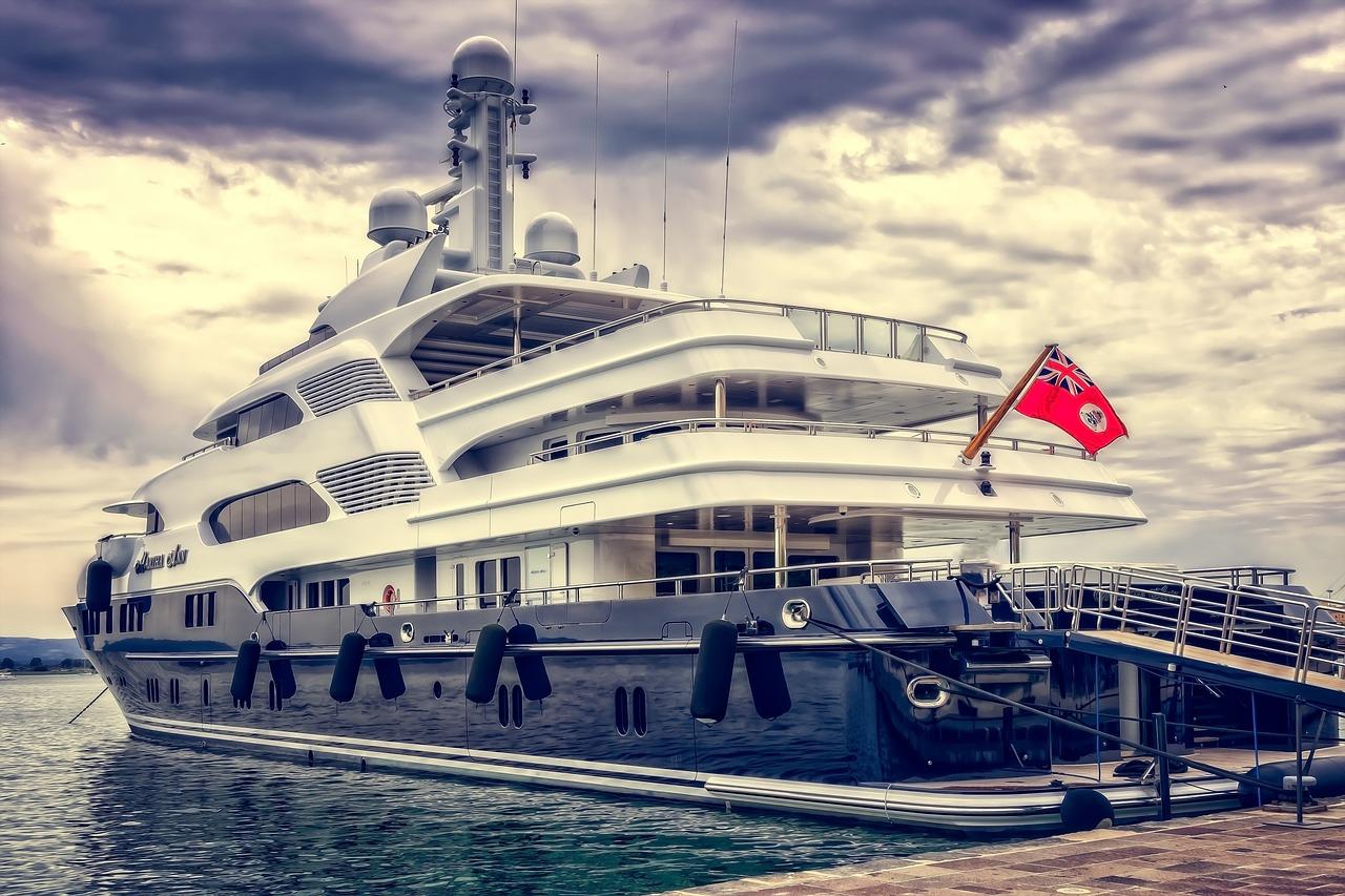 白い船が接岸している
