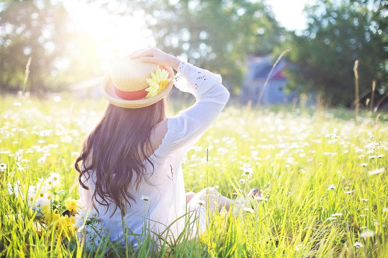 少女が花畑に座っている