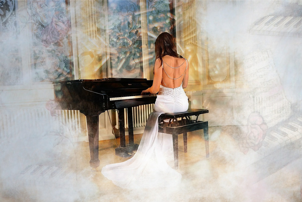 女性がピアノを弾いている