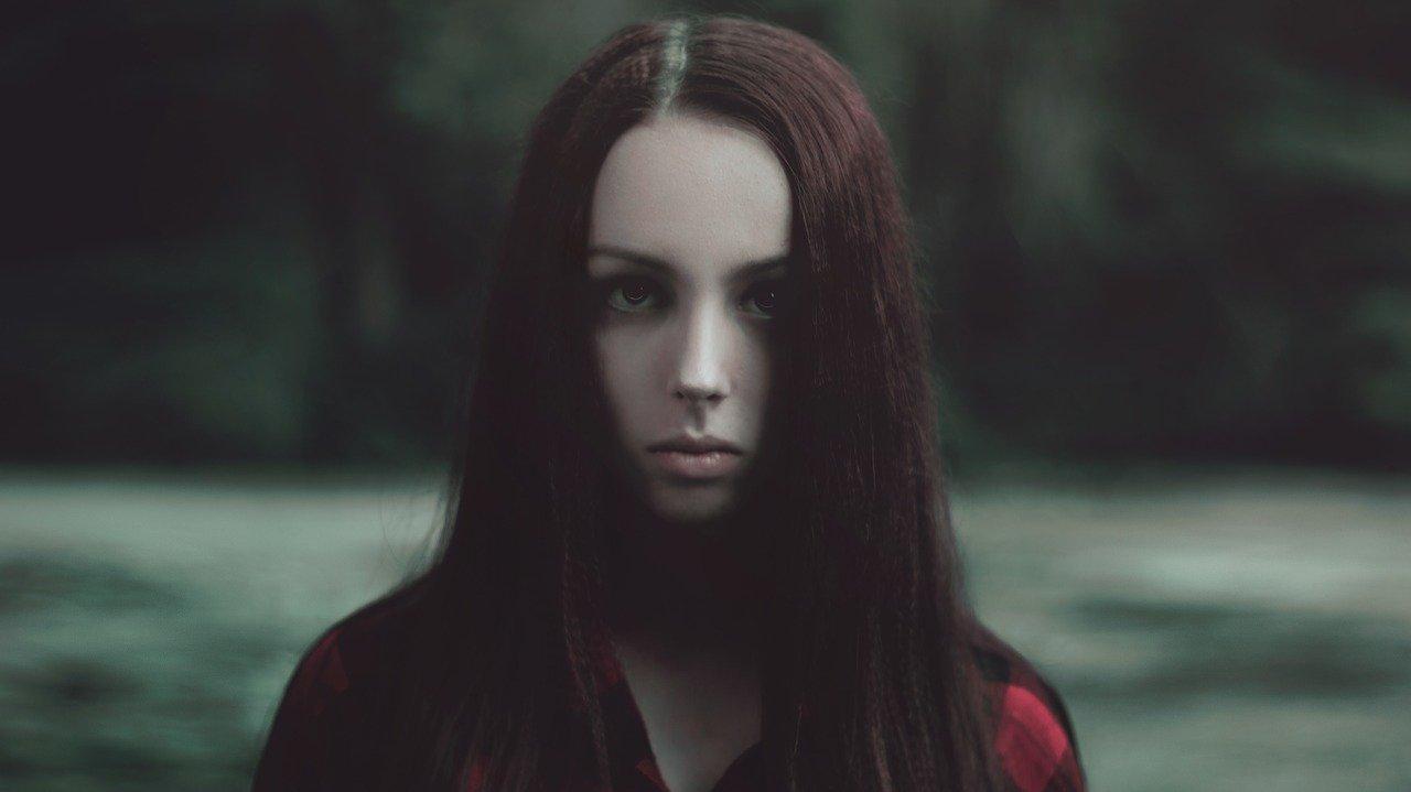 悲しい表情の女性